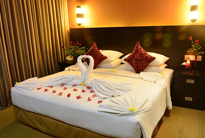 http://pearlgrouphotels.com/wp-content/uploads/2016/02/Deluxe-Honeymoon-Room-800x540.jpg
